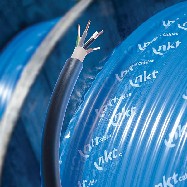 Podstawowymi funkcjami izolacji przewodów elektrycznych jest ochrona użytkowników przed porażeniem, jak również zapewnienie bezawaryjnego działania instalacji elektrycznej