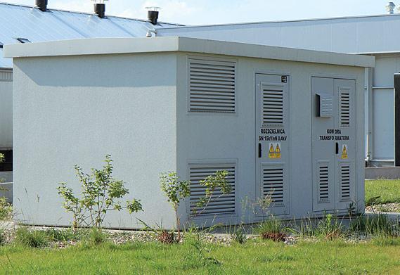 Kontenerowa stacja transformatorowa w obudowie betonowej typu MRw-b3. Stacje produkowane przez firmę ZPUE są przewożone na miejsce i instalowane jako kompletnie wyposażone