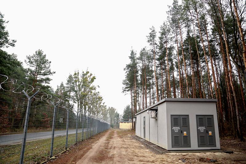 Klimatyzowana, betonowa stacja transformatorowa na terenie lotniska w Pyrzowicach