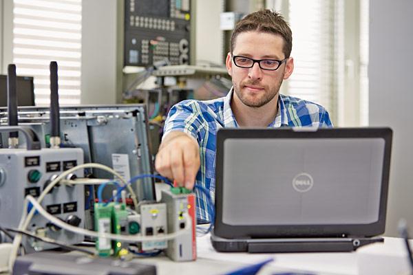 Rys. 2. Pracownik firmy K.R. Pfiffner z działu informatyki maszyn i rozwoju software odpowiedzialny za system teleserwisowy