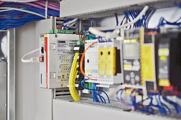 Rys. 3. Zainstalowany w szafie rozdzielczej router zabezpieczający FL MGuard RS4000 TX/TX VPN zapewnia bezpieczne połączenia VPN