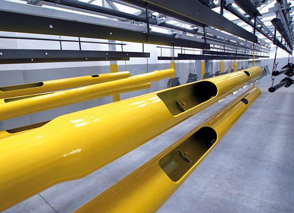 Nowa linia malowania proszkowego firmy Elektromontaż Rzeszów pozwala na zabezpieczanie słupów oświetleniowych o długości do 11 m