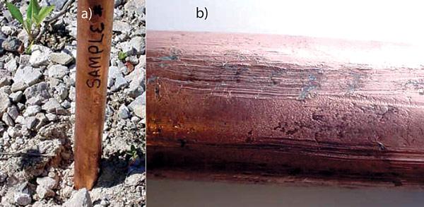 Rys. 1. Pogrążanie uziomu (a), typowe uszkodzenie powłoki przy pogrążaniu uziomów (b)