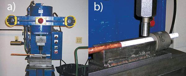 Rys. 2. Generowanie wgnieceń na uziomach (a). Wgniecenia wykonywano według wzoru: 6 wgnieceń o średnicy 0,63 cm i głębokości 0,1-0,2 cm co 2 cm (b)