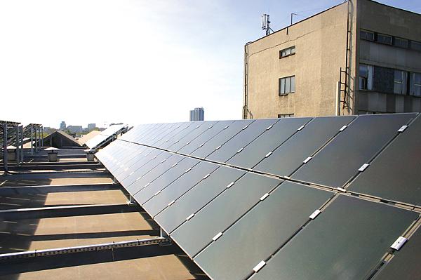 Instalacja fotowoltaiczna na dachu budynku – moduły Asiopak