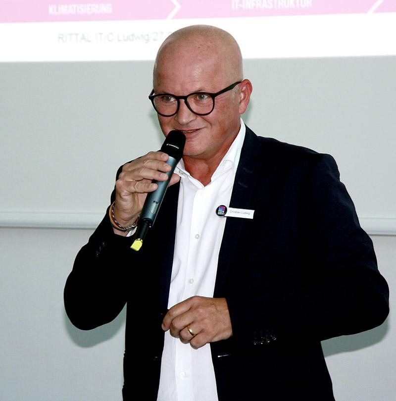 Na pierwszym planie postawiliśmy dialog między klientami a ekspertami, ponieważ cyfryzacją ciągle jeszcze budzi niepewność i prowokuje liczne pytania - oznajmił Christian Ludwig, wiceprezes ds. sprzedaży IT w Rittal i prowadzący Dni Praktyki IT Rittal.