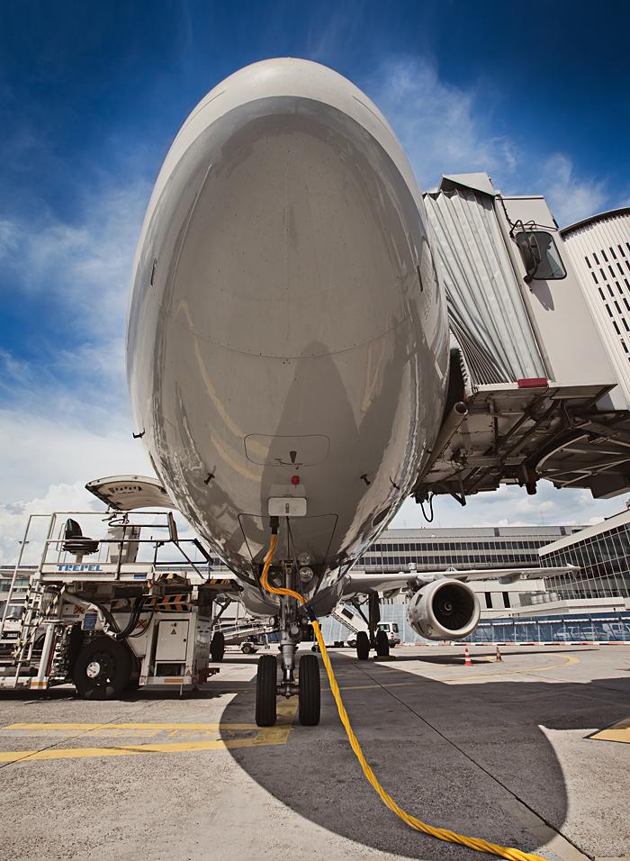 Kabel Helukabel zasilający samolot w terminalu lotniska
