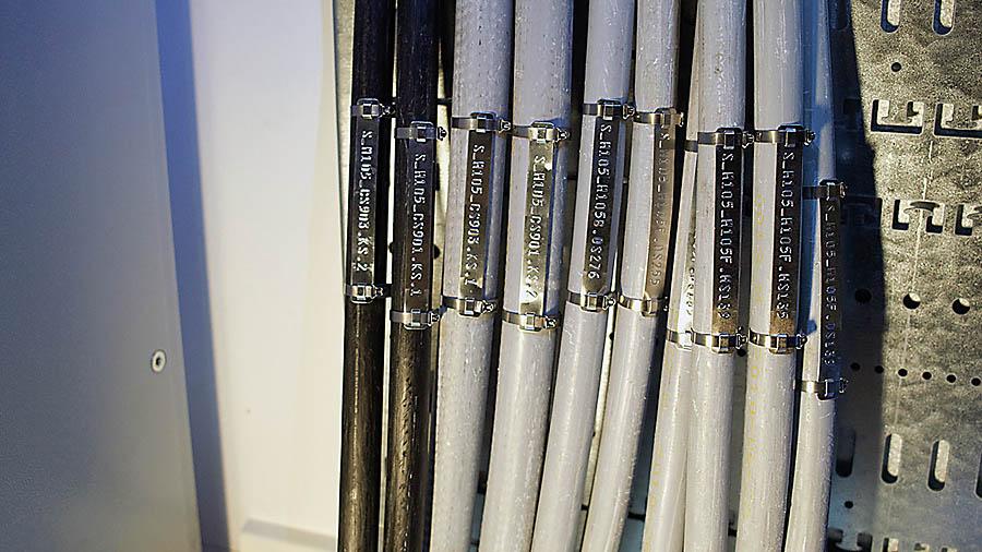 Wyroby z serii PKS wykonane ze stali nierdzewnej spełniają najwyższe wymagania w zakresie trwałości opisów. Produkty są odporne na ogień, wodę, wilgoć, korozję i mocowane do kabli za pomocą stalowych opasek lub nitów
