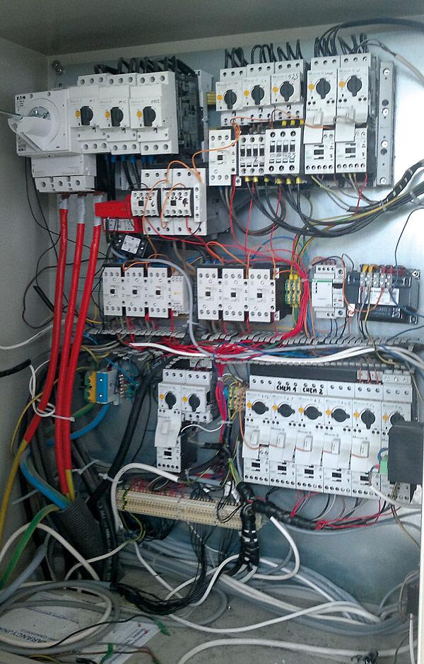 Niedbałe wykonanie instalacji utrudnia i komplikuje bieżącą obsługą i prace serwisowe (Źródło: www.elektroda.pl)