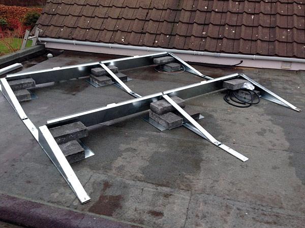 Konstrukcje stosowane do budowy instalacji PV powinny posiadać potwierdzenie spełniania wymaganych standardów i norm (Źródło: www.lothianrenewables.co.uk)