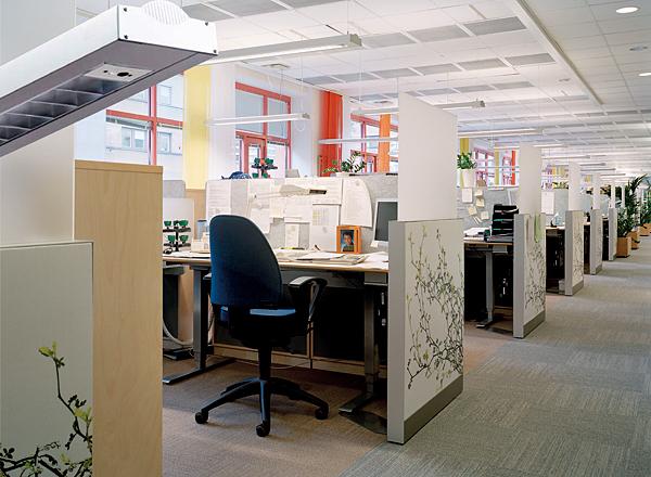 Oprawy zwieszane, zlokalizowane bezpośrednio  nad miejscem pracy  są sposobem  na stworzenie  ciekawej atmosfery  w przestrzeniach otwartych