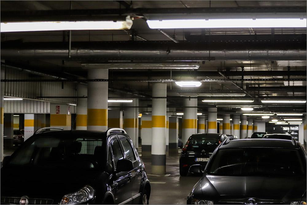 Na parkingu zostały wykorzystane inteligentne systemy zarządzające oświetleniem