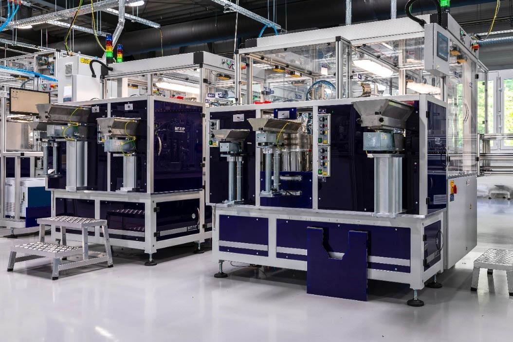 Rys. 3. Cała linia produkcyjna wyłączników różnicowoprądowych EFI-P składa się ze stanowisk, w których następuje montaż każdego z elementów wyłącznika. Zdjęcie prezentuje stanowisko C i D, gdzie następuję montaż styku ruchomego oraz instalowane są elementy zacisków wyłącznika