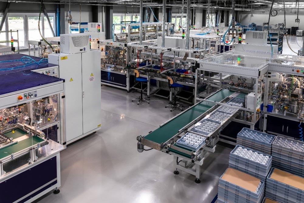 """Rys. 4. Końcowy etap produkcji wyłącznika różnicowoprądowego EFI-P, gdzie montowana jest obudowa przednia wyłącznika wraz z przyciskiem """"TEST"""" oraz zapinka umożliwiająca solidny i szybki montaż wyłącznika na szynach montażowych DIN"""