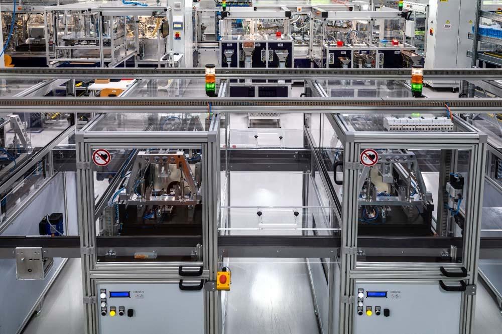 Rys. 5. Zdjęcie przedstawia automatyczną linię testującą, która jest ostatnim etapem procesu produkcyjnego. Na tym stanowisku wykonywana jest kompletna procedura testowa (próba wysokonapięciowa, pomiar prądu różnicowego, czasu zadziałania itp.)