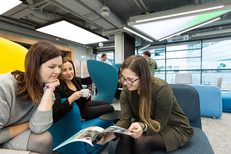 . Biuro Philips Lighting oparto na koncepcji Activity-Based Workspace, która uwzględnia dostosowanie środowiska pracy do różnorodnych czynności i zadań wykonywanych codziennie przez pracowników oraz do stylu ich pracy