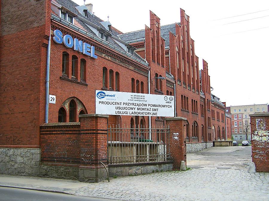 Pierwsza siedziba firmy, w której Sonel funkcjonował kilkanaście lat